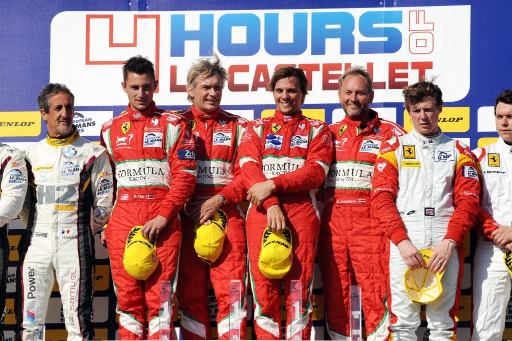 I Ferrari-dragter ses fra venstre Mikkel Mac og Johnny Laursen. Yderst til højre teamchef Allan Jørgensen